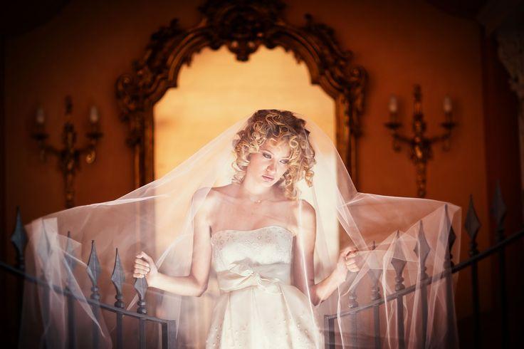 Anna guarda abiti da sposa sartoria alta moda