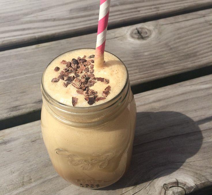 Maak binnen een handomdraai dezeverkoelende gezonde ijskoffie, ideaal voor de warme zomer dagen en boordevol eiwitten! In deze blog beschrijf ik de benodigdheden, bereiding en de bijbehorende voedingswaarden.      Wat heb je nodig voor twee kopjes ijskoffie?  1 scoopQueen Protein banaan 200