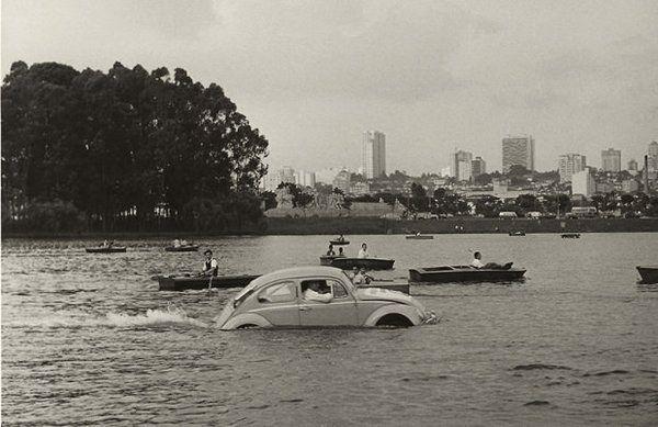 Um Fusca em pleno lago do Ibirapuera (acompanhado de barcos a remo).