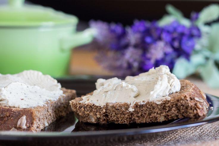 Receta para preparar un queso crema vegano a las finas hierbas. Muy parecido al típico queso Philadelphia pero vegano y mucho más sano.