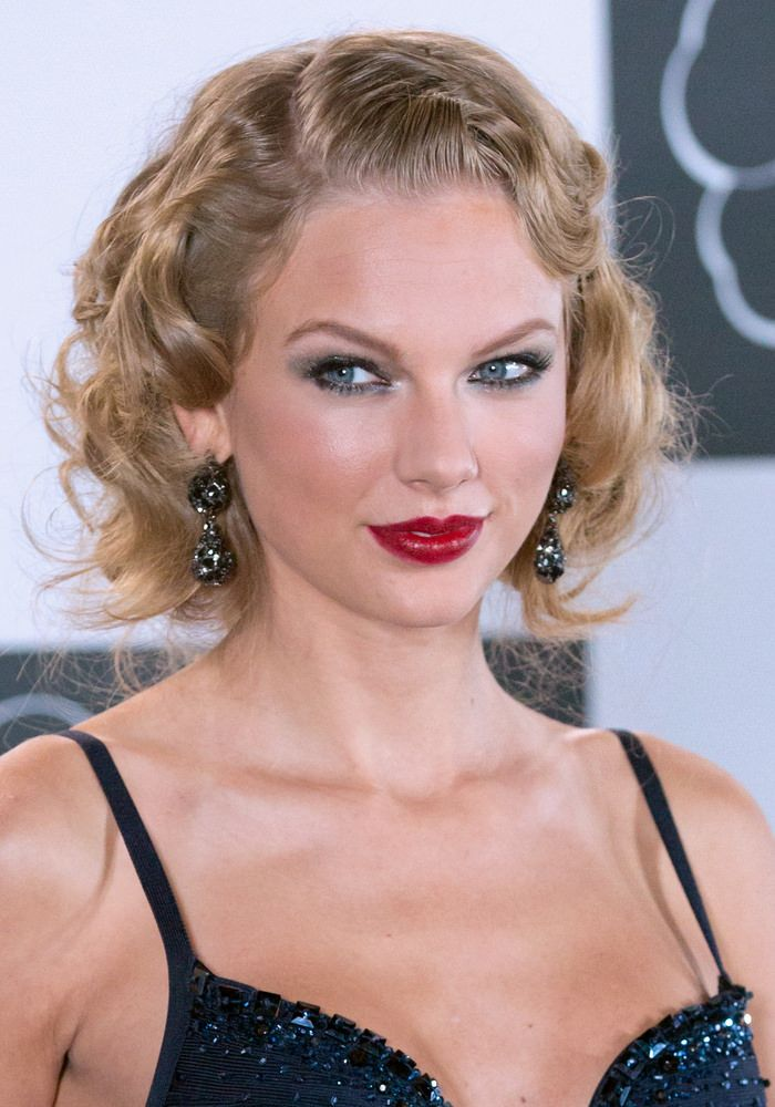 Taylor Made Bouncy Curls How to Style:  Apply styling foam to towel dried hair.  Part hair to one side.  Blow dry hair completely.  Use a ¾-inch barrel curling iron to create ringlets throughout, spraying each section with heat-setting spray before curling.  Gently tousle curls to loosen them a bit.  Finish with a flexible hold hairspray.