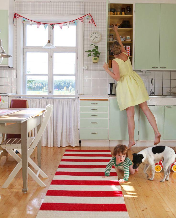 Bor du i ett 50-talshus och vill återskapa stilen från grunden? Eller gillar du bara känslan från förr? Retrostilen passar utmärkt att krydda köket med.