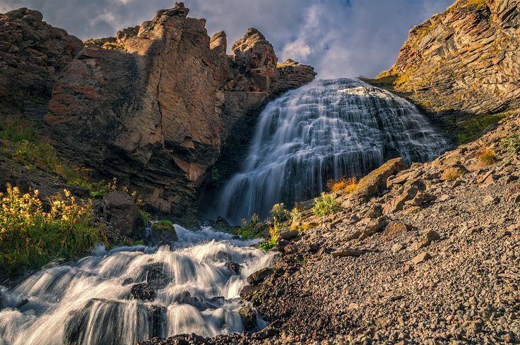 """Ещё про """"Девичьи косы"""". Водопад """"Девичьи косы"""" Расположен на высоте 2750 м на склоне Эльбруса. Высота водопада - 30м Автор: Scorpio"""
