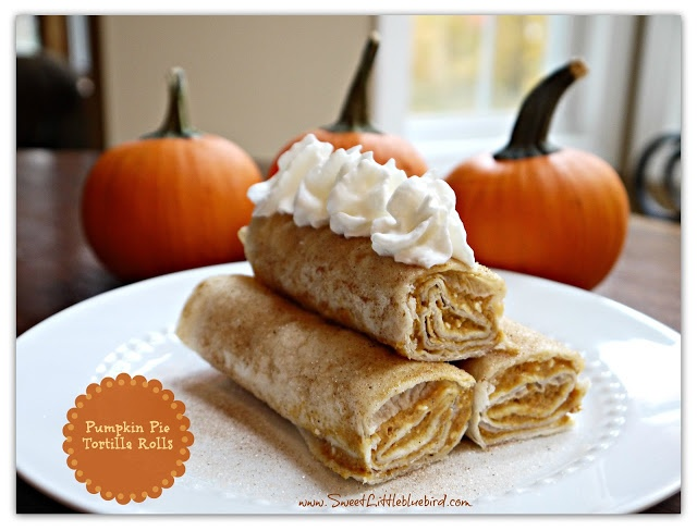 Pumpkin pie tortilla rolls (ingrediënten: wrap tortillas, pompoenpuree, roomkaas, suiker, pompoenkruiden en boter) (@ Sweet Little Blue Bird)