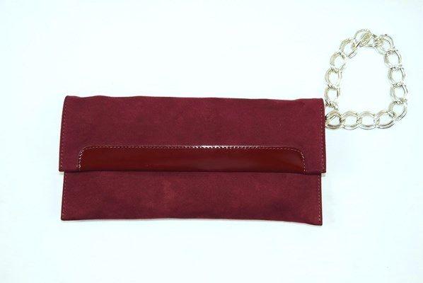Bolso Fiore de Roberto Uggari de color vino con asa de cadena. Solapa con cierre de doble imán y aplicación de charol.