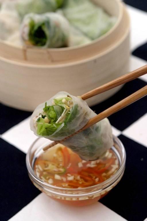 Vietnamesiska vårrullar är sagolikt goda. Fjärran alla flottiga frityrberg. Marinerade räkor, mjukt rispapper och massor av fräscha grönsaker. Vietnamise spring rolls...