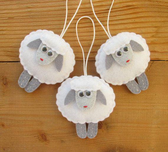 Ornamentos de oveja adornos de árbol de fieltro por HandmadeByHelga