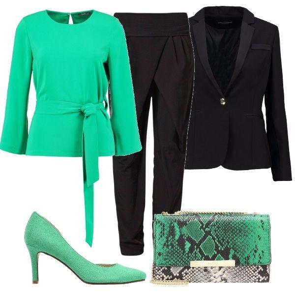 Per questo outfit: casacca verde con cintura a vita, pantaloni vita alta neri morbidi, blazer nero con un bottone, décolleté color menta, tracollina pitonata verde e bianca. A questo abbinerei un semplice cappottino nero.