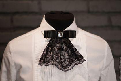 Купить или заказать Жабо-брошь короткое в интернет-магазине на Ярмарке Мастеров. Жабо-брошь из хлопкового кружева, декорированное стразом. Фиксируется на булавку. Аксессуар в стиле 1930-40х будет уместен как с историческими костюмами и образами в стиле ретро, так и с современной одеждой. Жабо-брошь можно приколоть к воротнику рубашки, футболки, платья с низким вырезом, на лацкан пиджака …