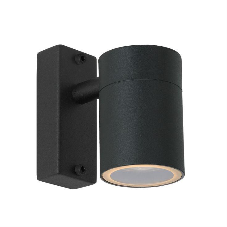 Applique d'extérieur de la collection Arne, composée d'une base de fixation et d'un diffuseur cylindrique ; Arne est présentée ici dans une finition noire satinée.Etanchéité : protégé contre ...