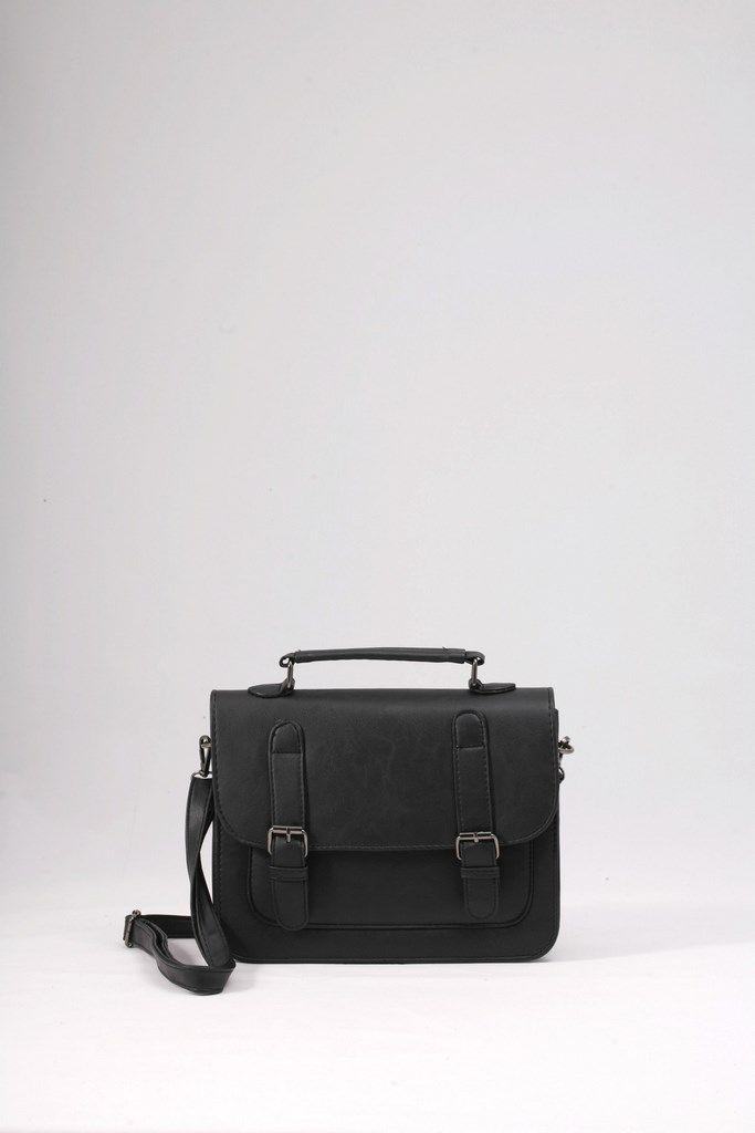 Μικρή τσάντα ώμου μαύρη, με καπάκι και διακοσμητικούς τοκάδες. ΚΩΔ.:117.034 ΤΗΛ:2510241726