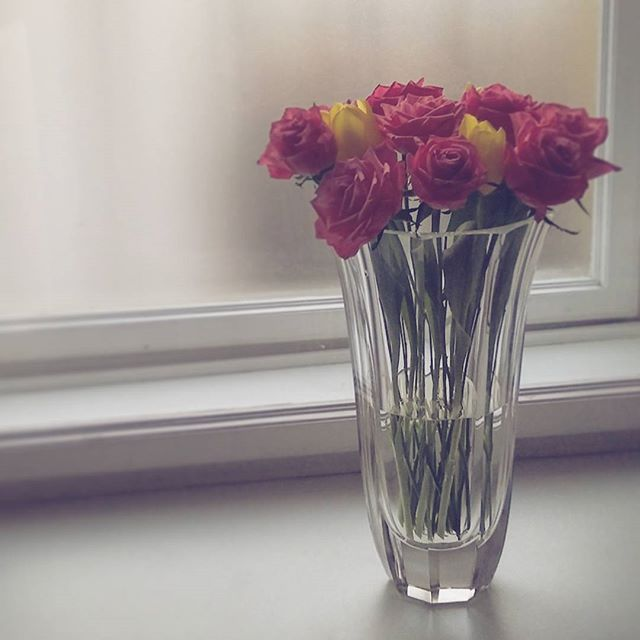 Flowers again :D romantic artdeco vase by Halama glass seems to be made for the roses! #roses #pink #tulips #yelow #cristalglass #handmade #flowerobsession #springflowers #spring #halamaglass #bohemiancristal #glassimo #prague