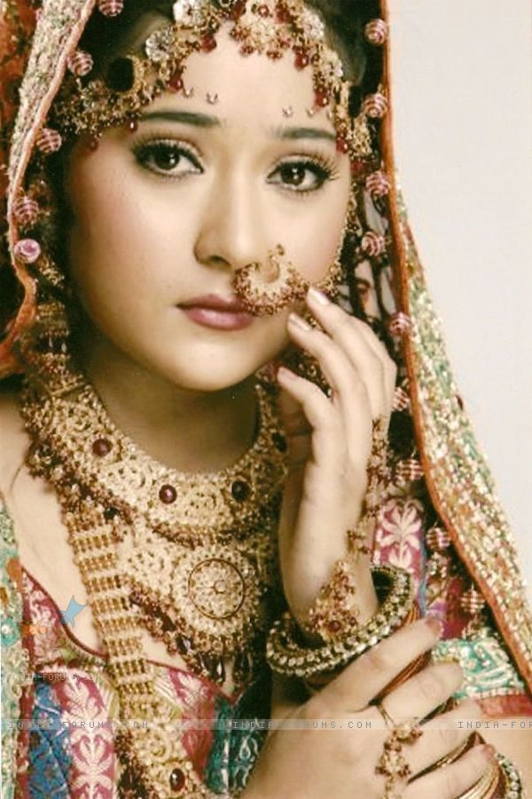4c - sara khan as sadhana in wedding dress in sapna babul ka bidaai