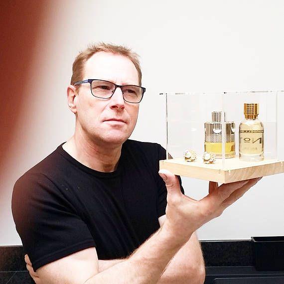 Hoi! Ik heb een geweldige listing op Etsy gevonden: https://www.etsy.com/nl/listing/522404571/jewelry-vitrine-parfume-display-watch