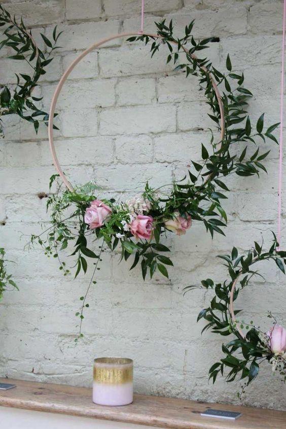 Cerceau hula hoop transformé en une jolie couronne de fleurs: idées DIY