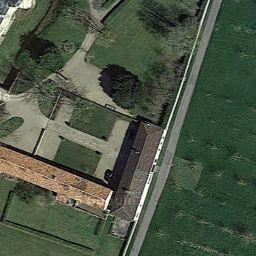 Château des Roches à Vendeuvre-du-Poitou.- 2) LES ROCHES de Vendeuvre: L'héritage médiéval apparaît dans le tracé de la cour, un quadrilatère articulé de solides tours rondes talutées, dans la présence de douve sèches, ainsi que dans le parti architectural du châtelet d'entrée qui s'inspire de celui du château épiscopal de Dissay. Du reste, le seigneur des Roches était vassal de l'évêque. L'assiette du châtelet, adaptée à la déclivité du terrain, se traduit par une implantation…
