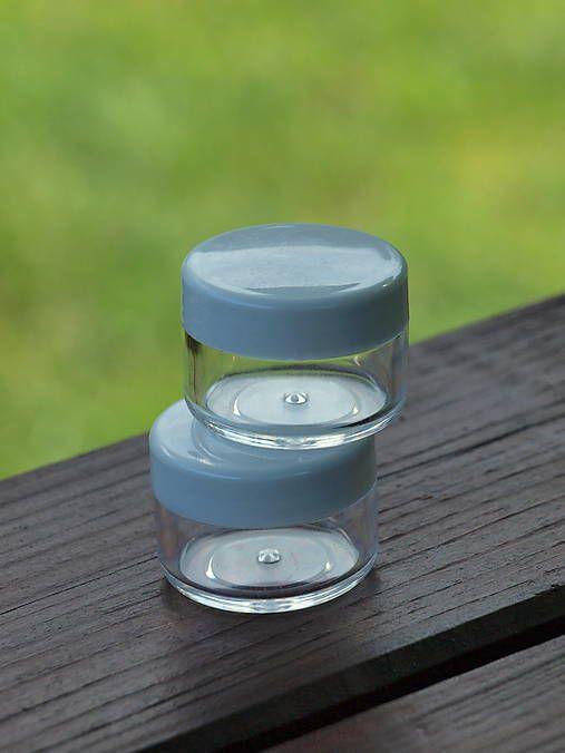 Plastová, šrubovacia priehľadná nádobka s bielym uzáverom o objeme 10g. Vhodný na akékoľvek materiály. Cena za 1 kus....