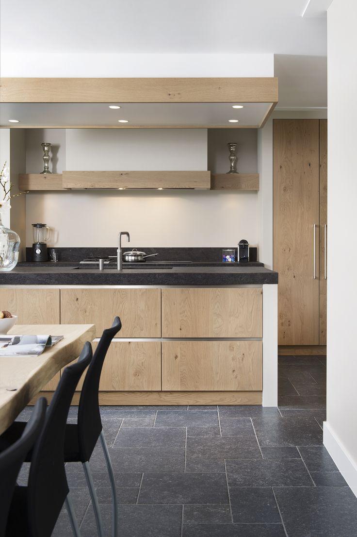 Niets is meer tijdloos dan een eikenhouten keuken. De keuken wordt helemaal compleet dankzij het prachtige kookblad, de unieke afzuigkap en de prachtige grepen van de laden.