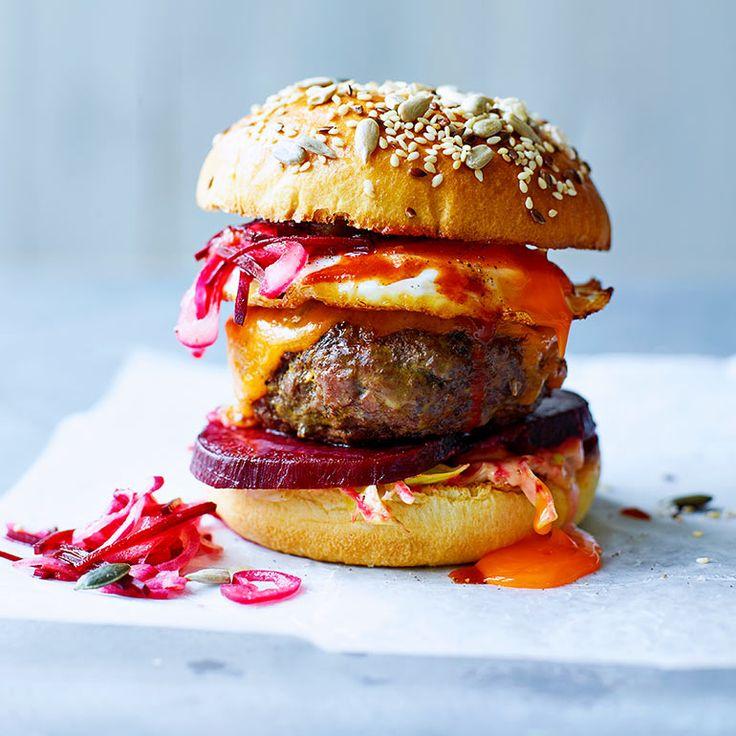 LEKKERSTE HAMBURGER   Maak eens deze stoere hamburger met wildzwijngehakt (of lamsgehakt), augurken, bieten en cheddar. Het gebakken eitje maakt deze burger helemaal af. Serveer met deze perfecte frieten en een portie mayo.    1 Verwarm de oven voor op 200 °C...