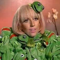 """Lady Gaga et son costume de grenouille. Elle ne suit pas la mode comme les moutons ! Elle est toujours """"total look pas comme les autres"""""""