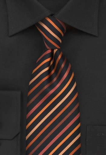 Dall`aspetto giovanile e dinamico, questa cravatta presenta righe su tonalità rame-arancione su un fondo nero intenso. Questa cravatta moderna si abbina perfettamente anche a una camicia nera. Lavorata a mano in microfibra, è un capolavoro della produzione di cravatte. L`imbottitura ruvida, in materiale elastico rende la cravatta facilmente maneggevole, permettendo di fare un buon nodo e, una volta snodata, di eliminare facilmente le pieghe.