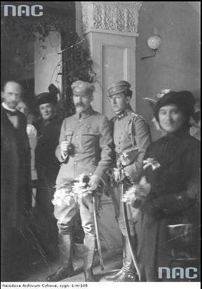 Brygadier Józef Piłsudski (3. z lewej) podczas wizyty w biurze Naczelnego Komitetu Narodowego w towarzystwie adiutanta Bolesława Wieniawa-Długoszowskiego (2. z prawej).