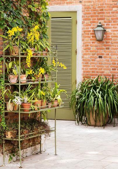 Construção  Jardim florido mescla estilos toscano e provençal