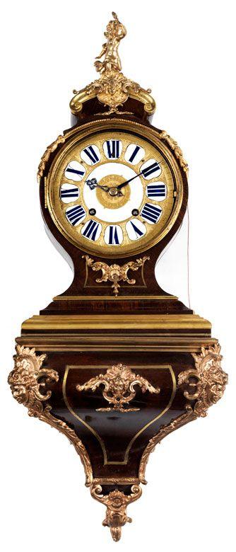 Höhe des Sockels: 25 cm. Höhe der Uhr: ca. 48 cm. Frankreich, 18./ 19. Jahrhundert. WERK Gehwerk, Pendel mit Fadenaufhängung. Halbstunden- und Stundenschlag...