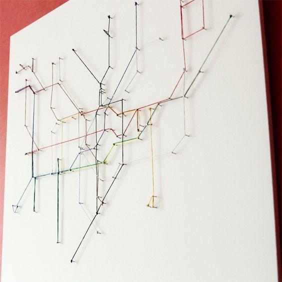 carte du métro en fils tendus sur des pointes