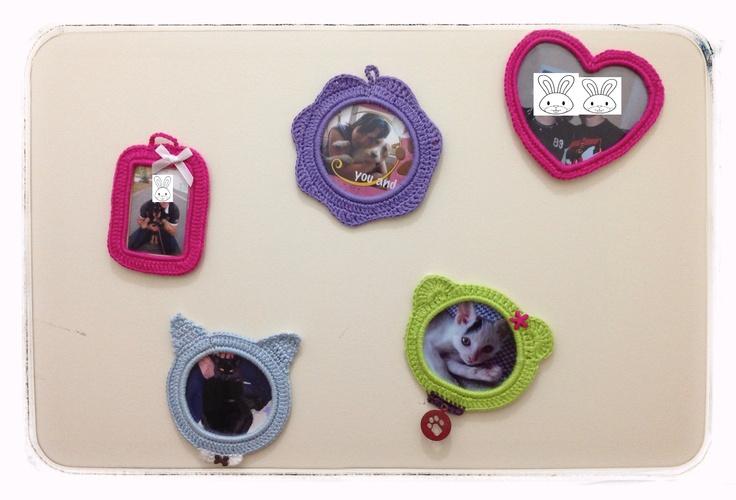 Des cadres au crochet pour décorer son chez soi !   http://nounoursetteonlin82.wordpress.com/2013/01/28/creer-avec-ses-papattes-1/