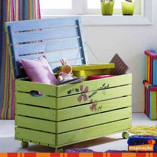 Caixote de madeira reciclado e transformado em caixa para guardar brinquedos