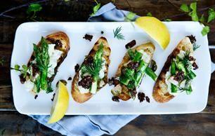 Sådan laver du brandade med grønne asparges, dild og rugbrødsdrys