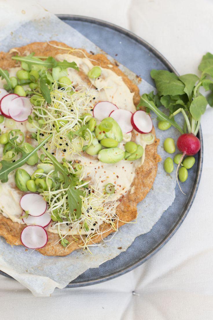 Waarom kiezen voor een afhaalpizza als je deze healthy variant kunt maken. En zelf een pizzabodem maken is natuurlijk hartstikke leuk! Ingrediënten voor 2 kleine pizza's Bodem: – 200 g speltmeel – 7 g bakkersgist – 1 tl zout – 2 elolijfolie – 125 ml water – 1 el tomatensaus Topping: – Humus – Sojabonen