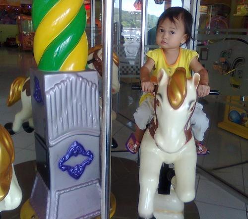 Melatih mental anak dengan bermain yang bisa merangsang perkembangan motorik kasar.
