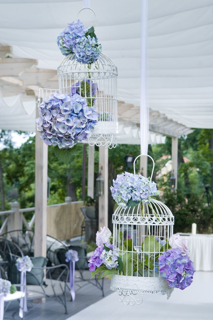 Birds cages as a flower decoration are amazing!