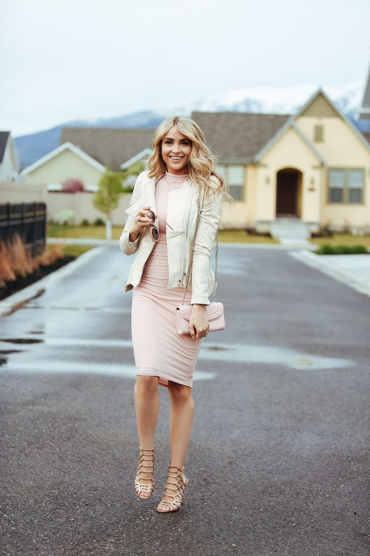Cara Loren shows us exactly how to get a super cute and playful feminine style here, wearing head to toe blush pink in a midi dress with neutral accessories. This look is both elegant and flirty, and is perfect for spring! Dress/Jacket: Windsor.