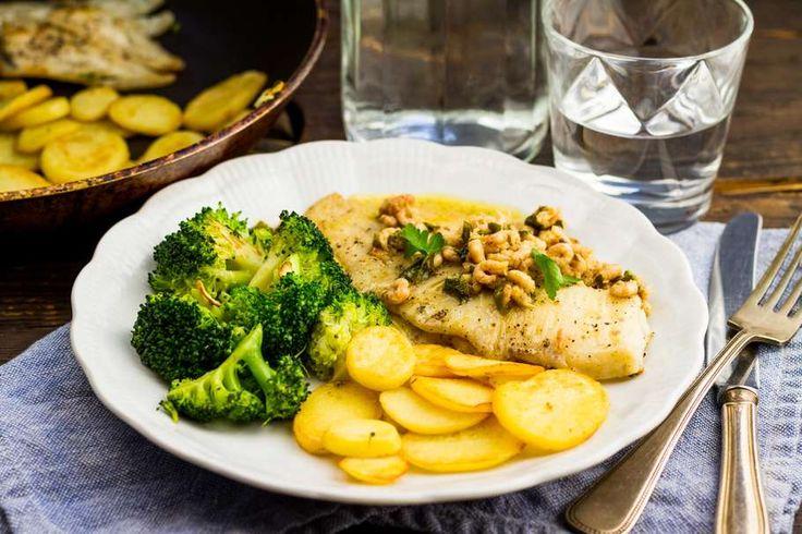 Recept voor gebakken scholfilet in citroenboter voor 4 personen. Met zout, olijfolie, peper, broccoli, ui, scholfilet, Hollandse garnaal, citroen, peterselie en aardappelschijfjes