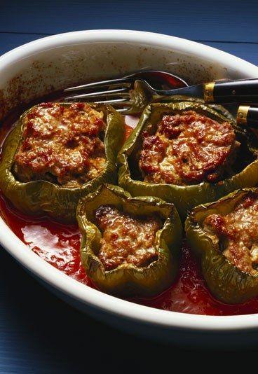 Gefüllte Paprika mit Gemüsebulgur - 10 schnelle vegetarische Rezepte - Für gefüllte Paprika mit Gemüsebulgur brauchen Sie (4 Portionen): 2 rote Paprika 250 g Bulgur 1 Zucchini 2 Zwiebeln 1 Knoblauchzehe Petersilie Salz, Pfeffer...