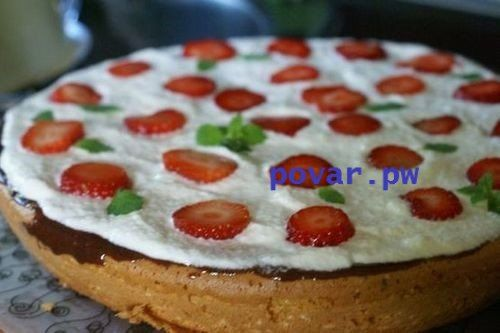 ЛЕТНИЙ ТОРТ С ЯГОДАМИ И ШОКОЛАДОМ  Свежие ягоды или фрукты – изюминка этой выпечки. Ими украшается верх готового десерта, сделайте это так, как подскажет фантазия.                                                    ИНГРЕДИЕНТЫ:  - шоколад темный 100 г - яйца 5 шт. - сахар 1,5 стакана - сливки 30% 1 стакан - мука 1 стакан - разрыхлитель   - клубника   - ванилин                                                          ПРИГОТОВЛЕНИЕ:  Шаг 1 : Взбить яйца миксером, всыпать ванилин, стакан…