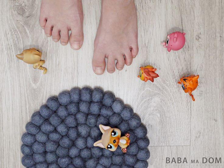 Sukhi to nie tylko dywany! Mamy także ręcznie robione nepalskie podkładki z filcowych kulek, które będą idealnym, intrygującym dodatkiem w Twojej kuchni, jadalni i salonie. Miłośnikom stonowanych barw polecamy szarości. Podkładki są dostępne we wszystkich kolorach z naszego wzornika. Więcej na: http://www.sukhi.pl/indywidualny-okragly-dywany-z-filcowych-kulek.html Za zdjęcie dziękujemy babamadom.pl #filcowe #rekodzielo #nepal #wnetrze #homedecor #handmade #filc