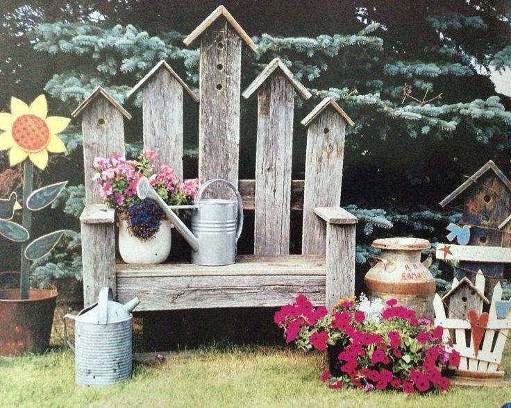 Banca para el jardín con adorno de casa de pájaro.