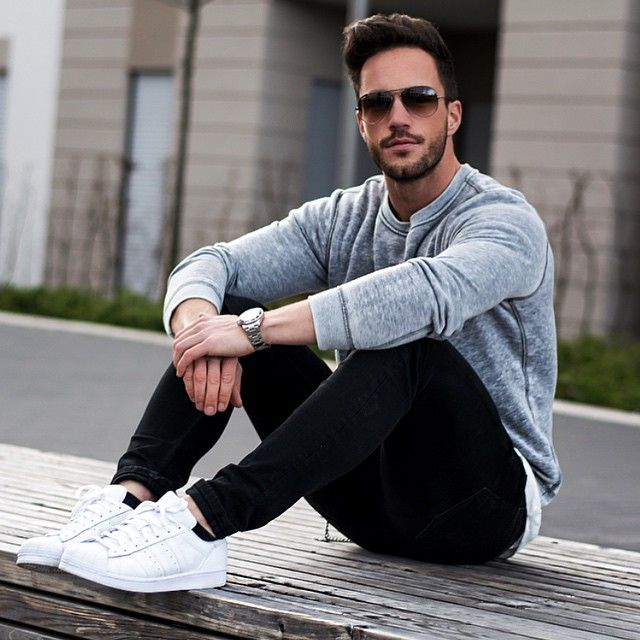 Grey sweater, black jeans and white sneakers.