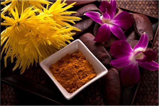 Mascarilla facial con cúrcuma y miel de abeja. Un remedio casero para tratar el acné, eczema, manchas en la piel, rosácea, entre otras cosas.