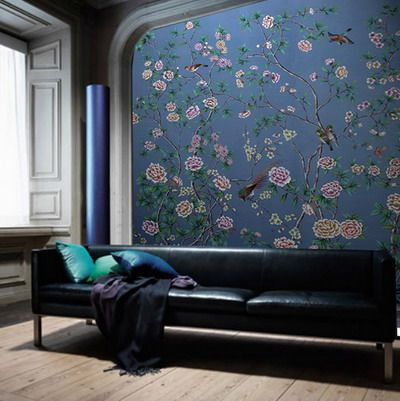 爱 Chinoiserie? Mai Qui! 爱  deep blue hued living room with chinoiserie wallpaper