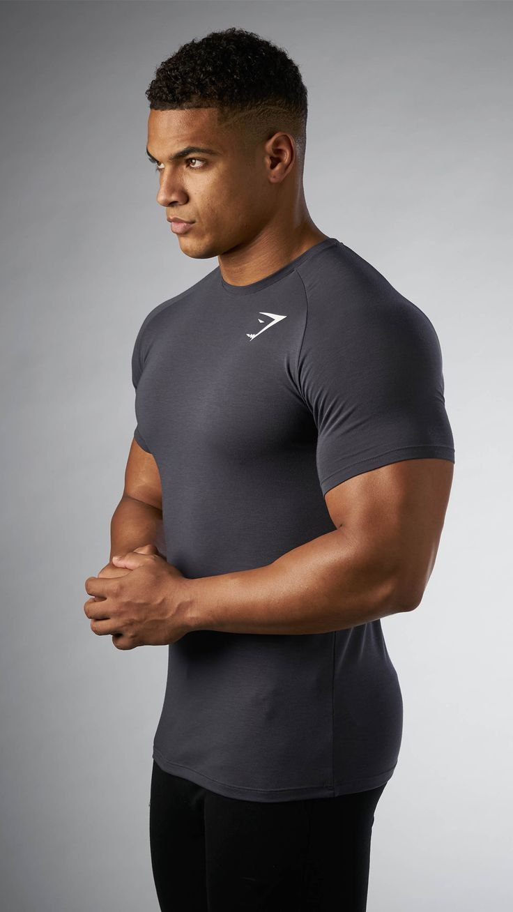 Providing you with optimal comfort, the Men's Super-Lightweight T-shirt is there for a breathable, and distraction free workout.