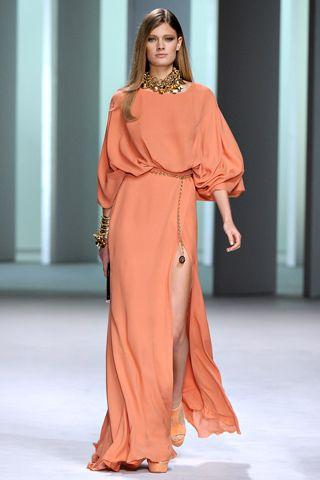 Elie Saab - não precisa dizer mais nada.  Vestido longo, laranja, manga bufante, fenda