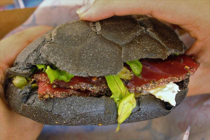 Panino con tonno al pepe nero, insalata, olio al limone, fichi freschi e burrata affumicata da Pescaria a Milano.