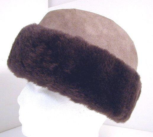 Sheared beaver and shearling fur hat. Chapeau de fourrure en castor et mouton renversé.