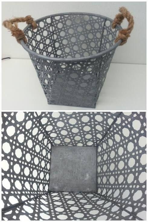 Leuke ronde zinken opbergmanden met grove touwen als handvatten.   Afm. 32,5 cm doorsnede en 26,5 cm hoog € 7,50  www.facebook.com/stoeruhzaken.nl