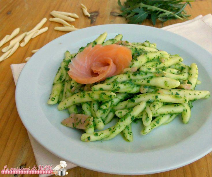 Pasta salmone e pesto di rucola con salmone affumicato, ricetta primo piatto facile e veloce da preparare sia caldo che freddo. Blog giallo zafferano.